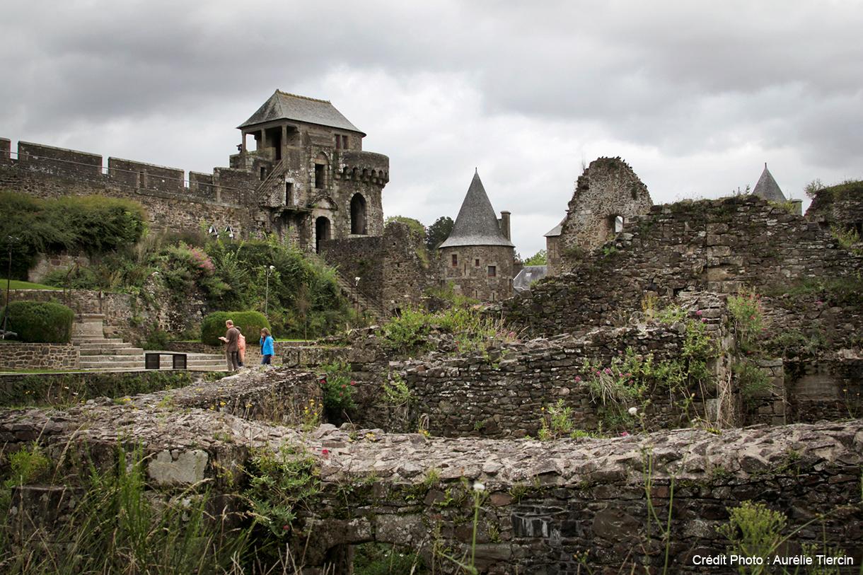Des touristes visitent le château de Fougères lors de leurs vacances en famille en Bretagne