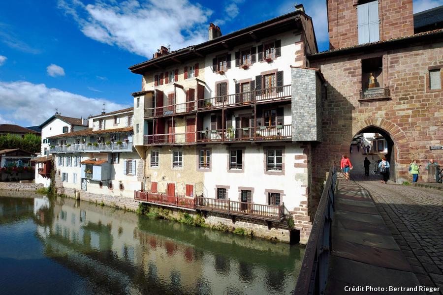 Saint-Jean-Pied-de-Port, maisons sur la Nive et porte Notre-Dame (Pays Basque)