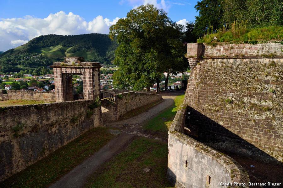 Saint-Jean-Pied-de-Port, la citadelle consolidée par Vauban au sommet de la colline de Mendiguren (Pays Basque)