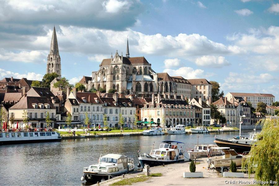 Les quais de la ville d'Auxerre, en Bourgogne