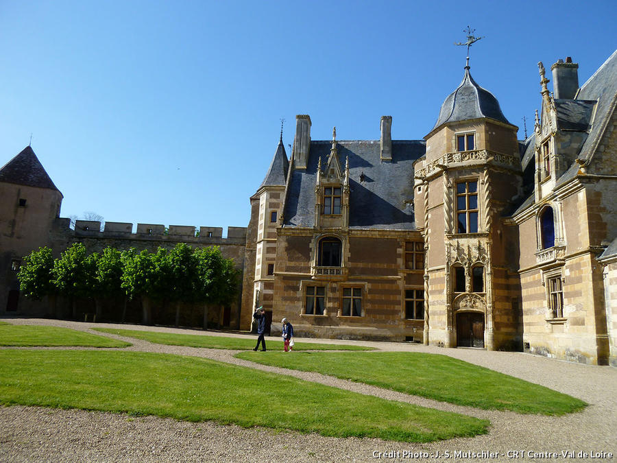 Ainay-le-Vieil et ses jardins moyenâgeux