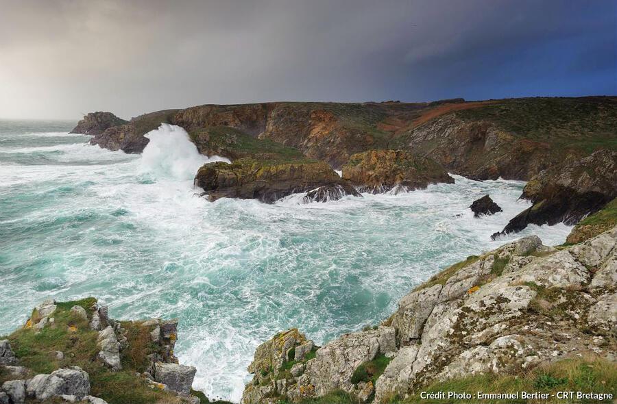Vagues à la pointe du Raz dans le Finistère