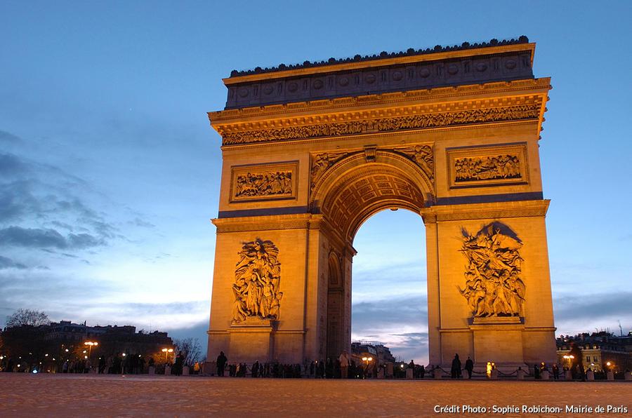 L'Arc de Triomphe lors d'une visite nocturne à Paris