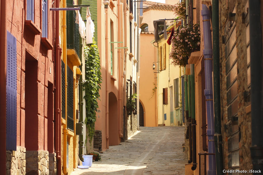 rue avec maisons à Collioure