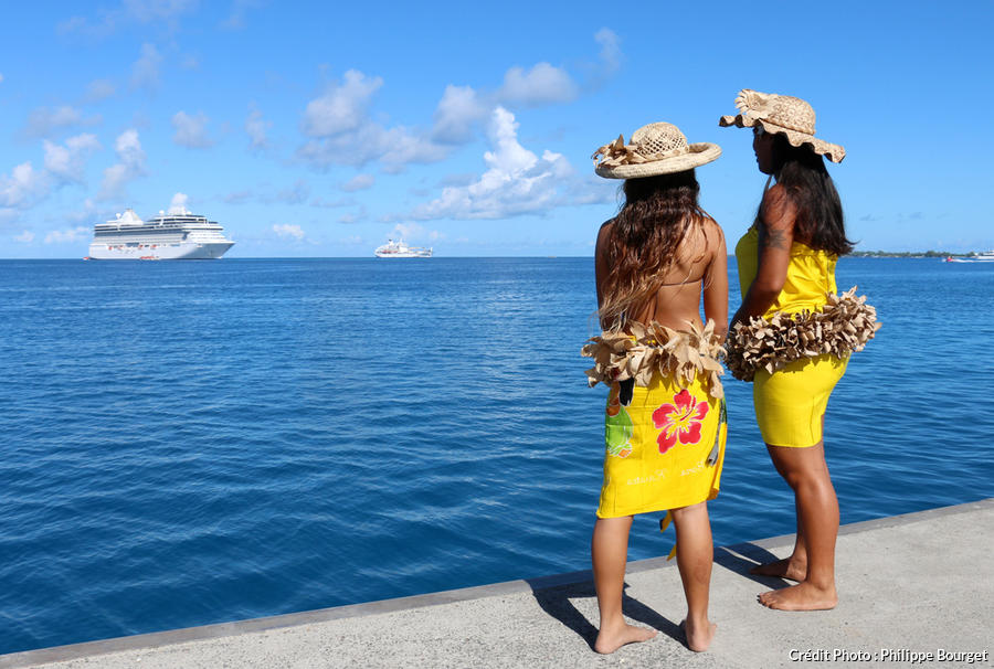 Deux Polynésiennes sur l'ile de Rangiroa en Polynésie française