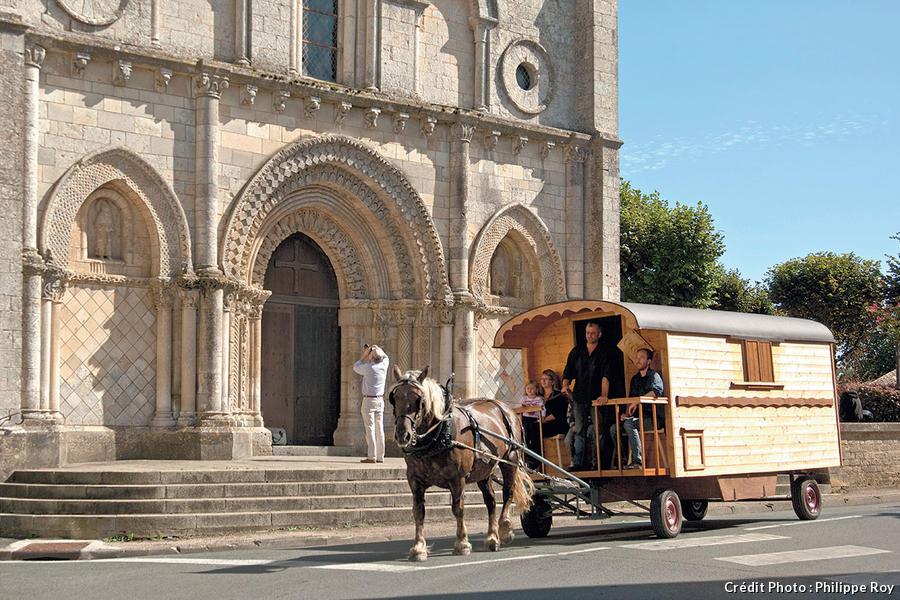 La roulotte devant l'église de Saint-Nicolas de Mazailler