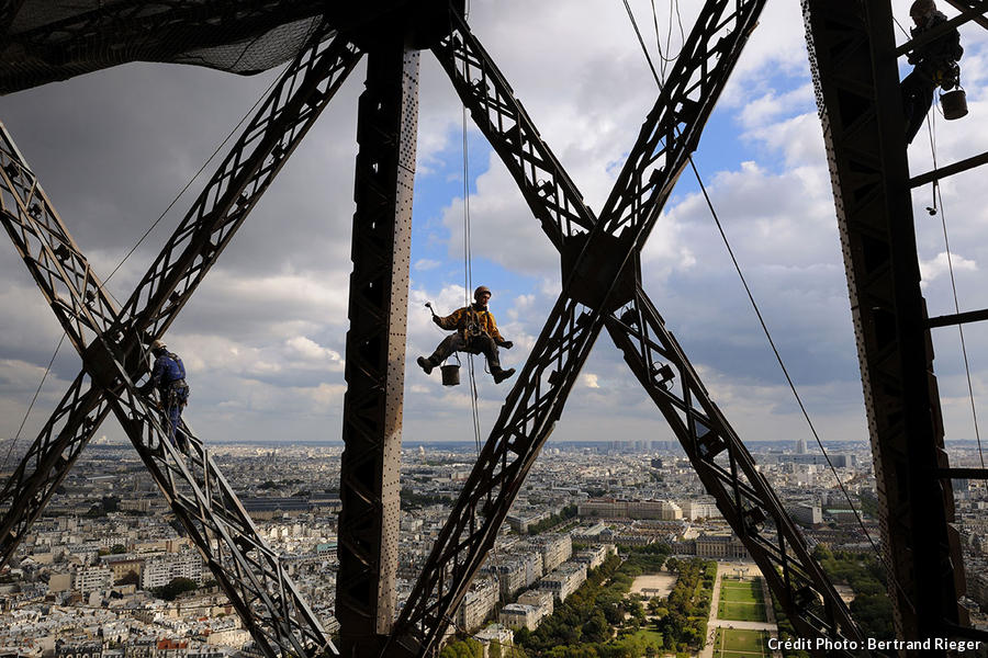 Un ouvrier suspendu à la tour Eiffel