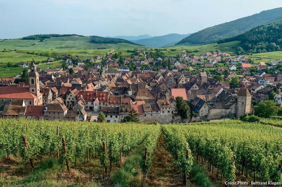 Riquewihr au pied des Vosges et face à la plaine du Rhin.