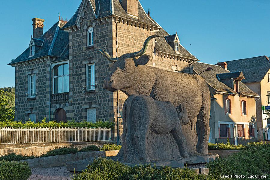 Statue d'une vache salers à Allanche