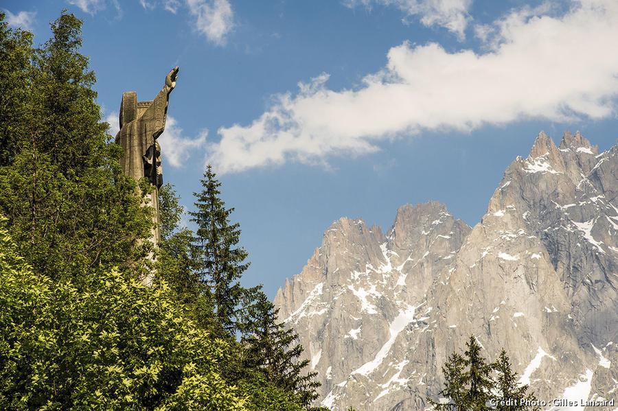 La statue du christ-roi dans la forêt de Coupeau