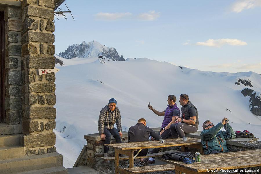 Des randonneurs au vieux refuge Albert 1er