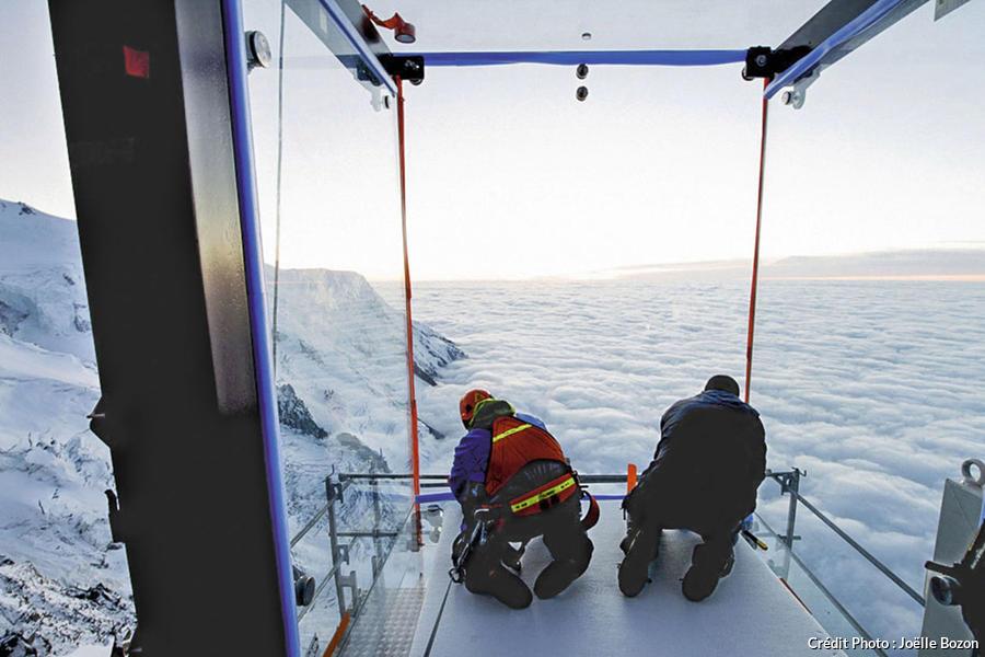 Installation du sas à 100 mètres au-dessus du vide