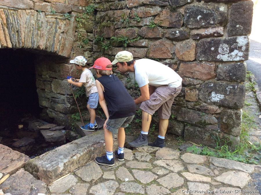 Des enfants en pleine chasse aux trésors