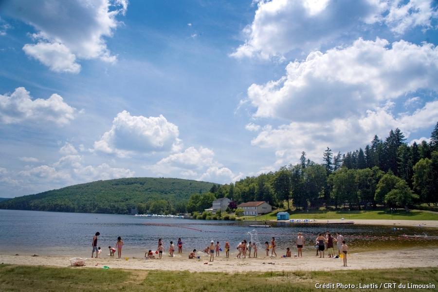 Des gens jouent sur les plages du lac de Vassivière