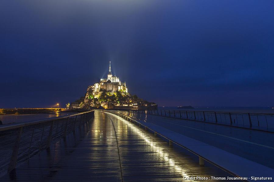 Le Mont-Saint-Michel et sa nouvelle passerelle de nuit.