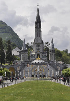 Lourdes, la grotte de Massabielle et les pélerins