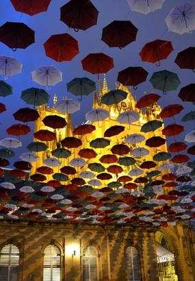Un ciel de parapluies multicolores sur Metz