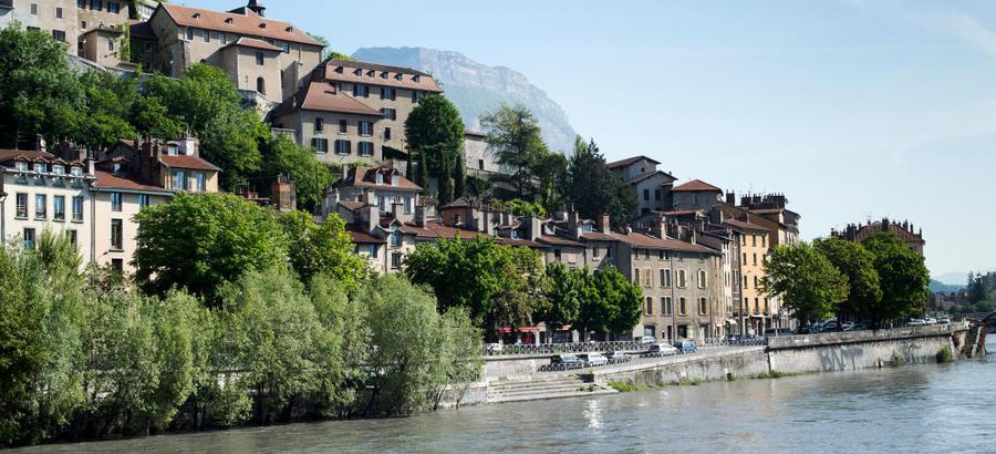L'Isère et le quai de la Perrière au pied de la Bastille, à Grenoble
