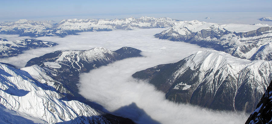 Sous les nuages, la vallée de Chamonix